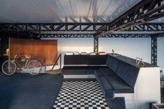 Casa em MG tem cara de galpão, jipes na sala e banheira sob cama deslizante - Casa e Decoração - UOL Mulher