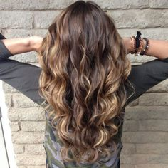Balayage sieht am besten bei langen lockigen haaren aus