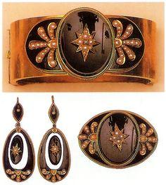 Demi parure del 1860 in oro 8 krt. con onice nero e perle