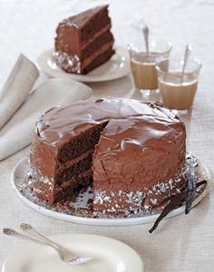 Chokolade- fødselsdagskage Hvis fødselaren er til masser af chokolade, så er dette lige en fødselsdagskage for ham eller hende