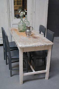 Eettafel 20014 - Brocante houten eettafel in een witte kleur. De tafel heeft een prachtige geleefde uitstraling. Deze smalle tafel is ideaal in een kleine woonruimte!