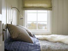 Varme farger sørger for lune rammer, og ullpledd og saueskinn tilfører tekstur.