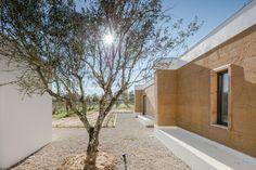 Implantado en una gran finca agrícola, la casa está construida en medio de la viña de una propiedad en un terreno casi plano, junto a un bosque de alcornoques.
