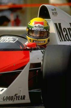 Três características marcantes de Ayrton Senna: o capacete amarelo, a McLaren branca e vermelha e seu olhar de pura concentração.