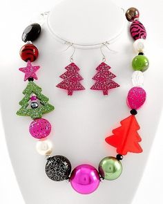 Fun Christmas necklace set Christmas Jewelry, Christmas Stuff, Christmas Themes, Diy Jewelry, Handmade Jewelry, Jewelry Making, Christmas Necklace, Craft Projects, Craft Ideas