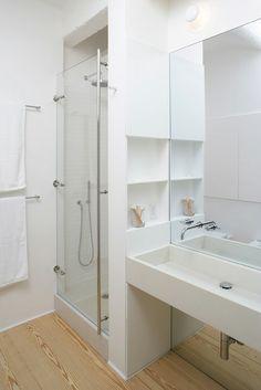 Une petite salle de bain. Notez la taille du miroir qui agrandit l'espace