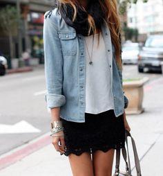 Jupe courte en dentelle noire/T-shirt et chemise boyfriend.