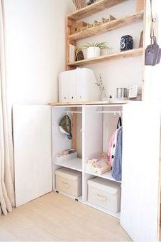 棚板の代わりにつっぱり棒を入れればミニクローゼットになります。小さなお子様の洋服や、保育園カバンなどの収納に便利です。