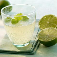 Mineralwasser-Cocktail: Grüner Buddha. Grüner Tee, Limette und Zitronenmelisse. Und Ingwer?