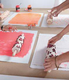 Lena Corwin& Made By Hand, Instructions for Rotary Printing Table Napkins Lena Corwins Made By Hand, Instructions for Rotary Printing Table Napkins Diy Craft Projects, Sewing Projects, Diy Crafts, Bookbinding Tools, Fabric Stamping, Ideias Diy, Tampons, Book Binding, Fabric Painting