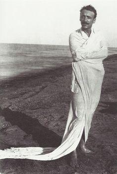 Gabriele D'Annunzio (Italian poet) sur la plage de Francavilla, photographié par Francesco Paolo Michetti, 1883