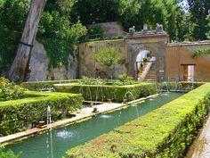 O Generalife é uma vila com jardins utilizada pelos nasridas muçulmanos do Reino de Granada como lugar de descanso, situada na cidade andaluza de Granada, na Espanha. Foi concebida como vila rural, onde jardins ornamentais, hortos e arquitectura se integravam. A origem do nome está discutida. Generalife se encontra aos pés da cadeia montanhosa de Serra Nevada, de onde se pode ver toda a cidade.   http://sergiozeiger.tumblr.com/post/84950635988/o-generalife-e-uma-vila-com-jardins-utilizada