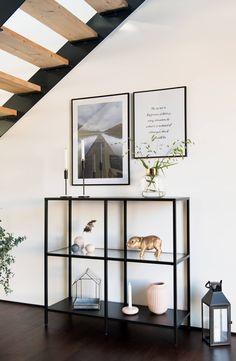 Ich habe mein DIY Sitzbank von Ikea gegen ein Vittsjö Regal getauscht und finde es richtig schön.   Mehr Bilder gibt's natürlich auf meinem Blogbeitrag dazu. Home Living Room, Living Room Decor, Living Spaces, Ikea Hallway, Ikea Interior, Ikea Vittsjo, Simple Bedroom Decor, Barbie Dream House, Beautiful Interior Design