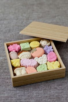 Japanese dry confectionery, for tea ceremony Japanese Candy, Japanese Sweets, Japanese Food, Japanese Geisha, Traditional Japanese, Japanese Kimono, Japanese Wagashi, Matcha, Japanese Tea Ceremony