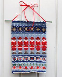 Pienessä vippeläraanussa tonttujen jouluparaati on lähtövalmiina. Tonttuparaati, Mallikerta-lehti nro 4/2013. Inkle Weaving, Hand Weaving, Swedish Weaving, Weaving Projects, Weaving Patterns, Tapestry Weaving, Weaving Techniques, Christmas Decorations, Textiles