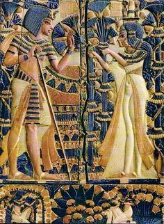 Anhesenamon Tutanhamon'a nilüfer çiçekleri veriyor.Tutanhamon'un mezarında bulunan fildişi ve ahşap sandıktan bir kesit.