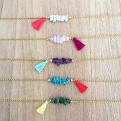 Bracelet coloré fin plaqué or, perle minérale et pompon