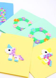 DIY: Einhörner aus Bügelperlen als Motiv für selbst gemachte Karten. Weitere Bügelperlen Vorlagen wie Blumenkränze oder Geburtstagskuchen zum Nachstecken zeige ich Euch auf meinem Blog.