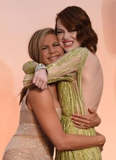 Jennifer Aniston y Emma Stone se abrazaron fuerte en la carpeta roja.
