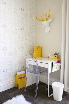 habitacion niña 6 Pinceladas de amarillo. I love the grey carpet with the yellow. Lovely desk for a child's bedroom