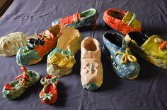 """Kinder-Keramik-Kurs """"Meine Lieblingsschuhe"""" in der Kreativwerkstatt des Kunstmuseum Waldviertel in Schrems entstanden."""