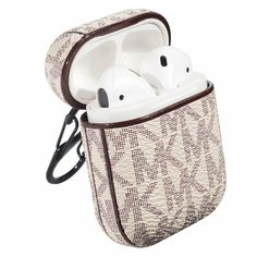 MICHAEL KORS Apple Airpods case Gold 2 1 Luxury Holster 10192 Fone Apple, Apple Airpods 2, Michael Kors Fashion, Air Pods, Xmas Gifts, Heavenly, Watch Bands, Leather Wallet, Favorite Things