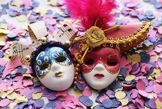 Mardi Gras et carnaval, origines et traditions Black Masquerade Mask, Venetian Masquerade, Carnival Festival, Carnival Of Venice, Mardi Gras, Confetti Photos, Silver Mask, White Rose Flower, Costumes