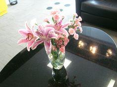 5- mesa de centro com lírios rosas, cravinas rosas e lisianthus brancos