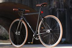 Singlespeed & Classic Bikes color combination fixed bike inspiration saddle leather handlebar custom