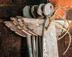 Deze prachtige houten engel kerstboom toppers zijn vervaardigd van teruggewonnen hout. De rustieke look van elke engel heeft zoveel karakter en zal zo veel rustieke charme aan uw kerstboom!  Elk stuk hout is hand gesneden en genageld vastklikt maken deze zeer unieke decoraties. De achterkant heeft een lederen cirkel aangesloten om bovenop uw kerstboom. Het leer is ontleend aan een lokale Amish werknemer schroot stapel. Elke engel heeft bail bindgaren gebruikt voor het decoreren van de angels…