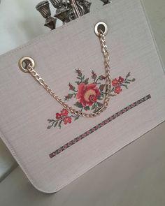 Fotoğraf açıklaması yok. Modern Embroidery, Embroidery Applique, Floral Embroidery, Monogram Cross Stitch, Diy Makeup Bag, Modern Cross Stitch Patterns, Crochet Purses, Bargello, Diy And Crafts