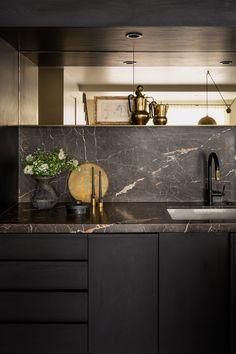 Black Kitchen Decor, Gold Kitchen, Home Decor Kitchen, New Kitchen, Luxury Kitchen Design, Kitchen Room Design, Interior Design Kitchen, Black Kitchens, Home Kitchens