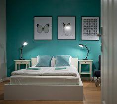 couleur de peinture pour chambre bleu ciel, lit bas en bois blanc neige, cadre décoratif noir et blanc et parquet chêne massif