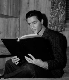 Elvis Presley kept books in his office and bedroom at Graceland, and he took crates of books on tour with him. This was a scenario. Lisa Marie Presley, Priscilla Presley, Rock N Roll, Tennessee, Wild In The Country, Country Fall, Celebrities Reading, Elvis Presley Movies, Beautiful Voice