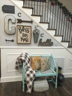 Small entryway ideas for foyer or apartment. Beautiful DIY entryway decor and f. Small entryway ideas for foyer or apartment. Beautiful DIY entryway decor and foyer decorating ideas. Farmhouse Decor, Rustic Decor, Modern Farmhouse, Farmhouse Design, Farmhouse Small, Country Wall Decor, Vintage Farmhouse, Country Farmhouse, Photowall Ideas