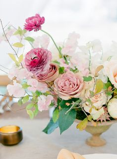 A breathtaking centerpiece in shades of pink.