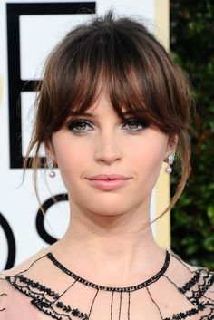 Felicity jones globes 2017 - perfect fringe hair ヘ ア Fringe Hairstyles, Hairstyles With Bangs, Pretty Hairstyles, Wedding Hairstyles, Felicity Jones Hair, Hair Inspo, Hair Inspiration, Inspo Cheveux, Long Hair With Bangs