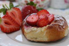 lipkowy domek: Drożdżówki z serkiem migdałowym , truskawkami i lukrem . . .