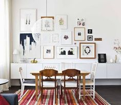 Snyggt! Gillar mattan med varma färger i kombination med de äldre blandade stolarna och den moderna tavelväggen.