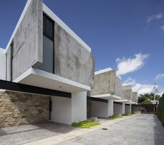Construído na 2016 na Merida, México. Imagens do Eduardo Calvo Santisbón. EZ4 é um projeto residencialmultifamiliar, localizado ao norte da cidade deMérida, México, em um terreno de 16 metros de frente por 39 metros de...