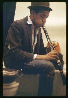 © Alexis Adler, Basquiat practicing clarinet in the bathroom Alexis Adler had just graduated from Barnard College in New York City with a degree in biology when she fell for a charming artist four years her junior. His name was Jean-Michel. Jean Basquiat, Jean Michel Basquiat Art, Basquiat Artist, Andy Warhol, Radiant Child, Intimate Photos, Art Africain, Ex Girlfriends, Black History Month