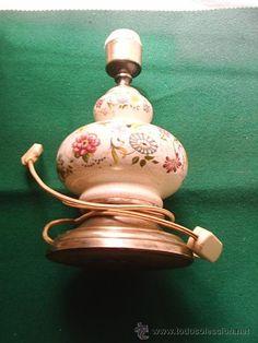 ANTIGUA LAMPARA DE PORCELANA DECORACION DE FLORES,LA BASE ES DE METAL O LATON Porcelain lamp flower decoration