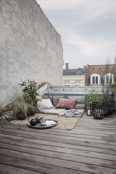 Rooftop gardening is a blooming trend and even the smallest rooftop spaces and balconies can be transformed into a green mini heaven with a few stylis. Rooftop gardening is a blooming trend and even the smallest rooftop spaces and b. Rooftop Decor, Rooftop Design, Rooftop Lounge, Rooftop Terrace, Outdoor Decor, Rooftop Gardens, Pergola Plans, Diy Pergola, Diy Patio