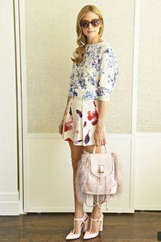Floral printLleva gafas de Elizabeth & James, Glamour top, shorts y zapatos dede Zara, bolso de Meli Melo bag y clip de pelo de Colette Malouf.