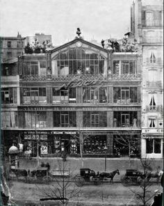 """Atelier di Nadar a Parigi, Boulevard des Capucines n. 35. Nadar, grande amico degli impressionisti, ospitò qui la loro prima mostra nel 1874. Il nome """"impressionista"""" deriva dal titolo di un quadro di Monet, """"Impressioni al sorgere del sole"""", del 1877. L'immediatezza che caratterizza le loro opere veniva scambiata per mancanza di una tecnica vera e, per questo, vennero apprezzati da pochi, soprattutto all'inizio."""