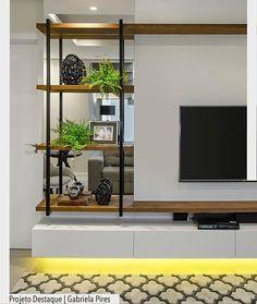 Amamos a estante em Madeira e ferro. Destaque também para iluminação abaixo do móvel suspenso. Por Gabriela Pires. Ad @arquiteturadecoracao @acstudio.arquitetura #arquiteturadecoracao #olioliteam #grupodecordigital #adsala