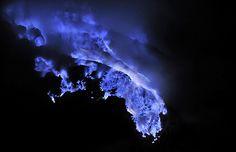 Sólo una mina de azufre en el crater de un volcán  Estas  oníricas imágenes han sido obtenidas por Olivier Grunewald  en el crater del volcán Kawah Ijen situado en la isla de Java (Indonesia).  Para lograr estas composiciones, las fotos no están retocadas, ha utilizado como iluminación la luna, antorchas y la luz del azufre fundido.  El crater volcánico derrite el azufre a una temperatura próxima a los 100ºC, que resulta insuficiente para que comience su combustión espontánea.