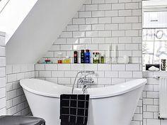 Bilder, Badrum, Vit, Klassiskt, Badkar, Kakel, Snedtak - Hemnet Inspiration Hemnes, Bathroom Inspiration, Corner Bathtub, Vit, Interior, Bathrooms, Ceiling, Decor, Blog