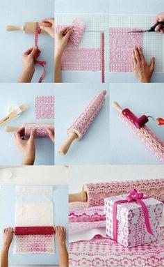 Carimbando com rolo de massa ... Olha que fácil!! Você cola no rolo, um pedaço daquelas toalhas plásticas de renda... passa a tinta...