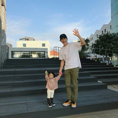 Baby Girl And Dad, Couple With Baby, Father And Baby, Baby Love, Cute Family, Family Goals, Family Pics, Ulzzang Kids, Ulzzang Couple